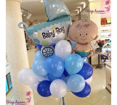 Бело-голубой фонтан шаров на выписку мальчика