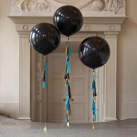 Черные шары-гиганты с гирляндой тассел