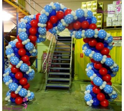 Плетеная арка в красно-синем цвете