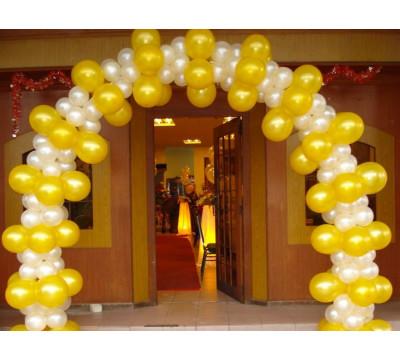 Разнокалиберная арка в бело-золотом цвете